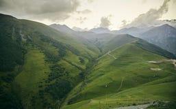 Grünes Feld Kaukasische Berge von Georgia stockbild