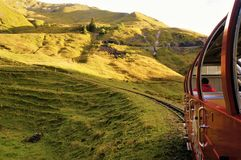 Grünes Feld mit dem Berg als Hintergrund Lizenzfreie Stockfotos