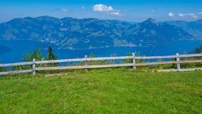 Grünes Feld umgeben durch Zaun Stockbild