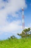 Grünes Feld und Radioturm Stockfotografie
