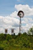 Grünes Feld und wildmill im Land Stockbilder