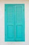 Grünes Fenster auf der weißen Wand Stockfotos