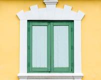 Grünes Fenster auf gelber Wand Lizenzfreie Stockfotos