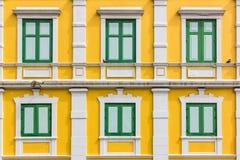 Grünes Fenster auf gelber Wand Lizenzfreies Stockbild