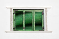 Grünes Fenster der Weinlese auf weißer Wand lizenzfreie stockbilder