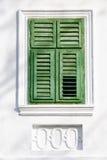 Grünes Fenster der Weinlese auf weißer Wand Lizenzfreies Stockfoto