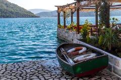 Grünes Fischerboot auf dem Strand Stockbilder