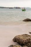 Grünes Fischerboot siamesisch auf dem Meer Lizenzfreies Stockbild