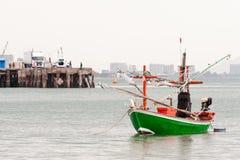 Grünes Fischerboot siamesisch auf dem Meer Lizenzfreies Stockfoto