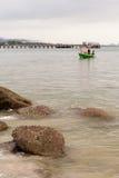 Grünes Fischerboot siamesisch auf dem Meer Stockbilder