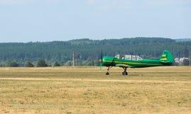 Grünes Flugzeug mit Propeller auf Flugplatz Stockfotos