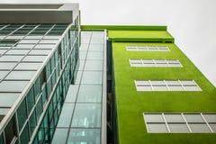 Grünes Gebäude stockbilder