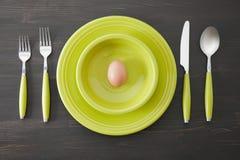 Grünes Gedeck und Ei stockbild