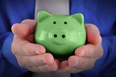 Grünes Geld-Piggy Querneigung lizenzfreie stockbilder