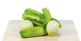 Grünes Gemüse auf hölzernen Brettern und weißem Hintergrund Stockfotografie