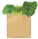 Grünes Gemüse in einer braunen Papiertüte lizenzfreie stockfotografie