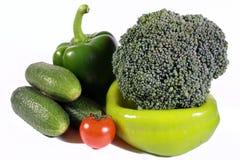 Grünes Gemüse mit einer roten Tomate Stockfoto