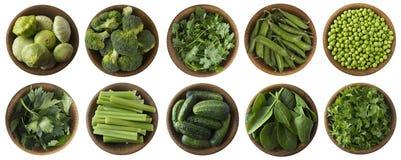 Grünes Gemüse und Kräuter lokalisiert auf einem weißen Hintergrund Stockfotografie
