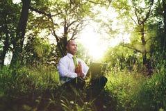 Grünes Geschäftsmann-Meditation Technology Peaceful-Konzept lizenzfreies stockbild