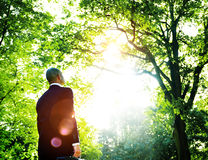 Grünes Geschäftsmann-Thinking Inspiration Nature-Konzept Stockfoto