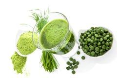 Grünes gesundes superfood. Detoxergänzungen.