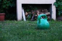 Grünes Gewicht auf dem Gras Stockfoto