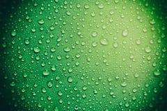 Grünes Glas mit Wassertropfen Lizenzfreie Stockbilder