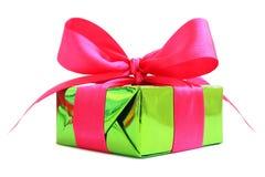 Grünes glattes Geschenk eingewickeltes Geschenk mit rosa Satinbogen Lizenzfreies Stockfoto