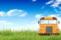 Grünes Gras, blauer Himmel und der Schulbus Lizenzfreies Stockbild