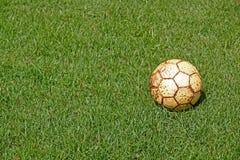 Grünes Gras des alten Fußballs und des neuen Frühlinges Stockfoto