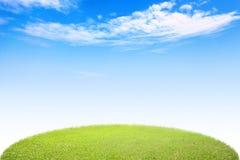 Grünes Gras des Kreises und blauer Himmel Stockbilder