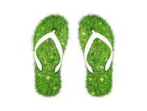 Grünes Gras Flipflops lokalisiert Lizenzfreie Stockfotos