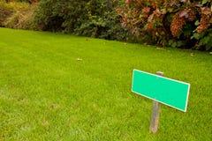 Grünes Gras mit einem Zeichen sideview Stockbilder