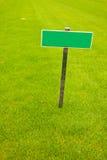 Grünes Gras mit einem Zeichen, vertikaler Schuß Lizenzfreies Stockfoto