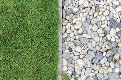 Grünes Gras mit Kieseln, Stein und Gras im Garten, Gras mit Felsen, Kiesel mit Gras Stockbild