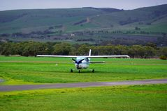 Grünes Gras u. helle Flugzeuge Stockfotografie
