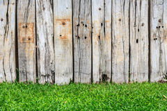 Grünes Gras und hölzerne Wand Lizenzfreies Stockbild