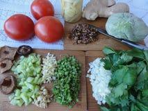 Grünes greenary und der Pilze Kochen des Teigs, der Tomaten, des onio, Lizenzfreies Stockbild