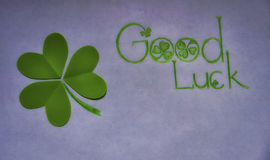 Grünes gutes Glück des Shamrocks und des Wunsches auf Weiß Lizenzfreies Stockbild