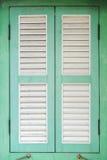 Grünes hölzernes Fenster Lizenzfreies Stockbild