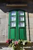 Grünes hölzernes Fenster mit Blumen Pontevedra, alte Stadt, Galizien, Spanien stockfotografie