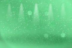 Grünes hübsches glänzendes Stadiumsscheinwerfer bokeh der Funkelnlichter defocused abstrakter Hintergrund mit Funken fliegen, fes lizenzfreie abbildung