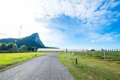 Grünes Haus für die Landwirtschaft und die Straße mit blauem Himmel in ländlichem Lizenzfreie Stockbilder