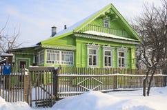Grünes Haus im Schnee lizenzfreie stockfotografie