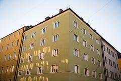 Grünes Haus in München - blauer Himmel Stockfoto