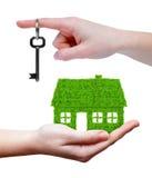 Grünes Haus mit Schlüssel in den Händen Lizenzfreies Stockfoto