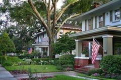 Grünes Haus mit USA-Flagge Lizenzfreie Stockfotos