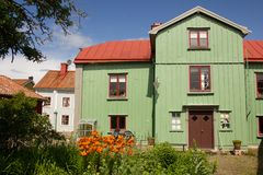 Grünes Haus und hinterer Garten des Bauholzes. Vadstena. Schweden lizenzfreie stockfotografie