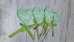 Grünes Herz auf einem hellen Hintergrund stockbilder