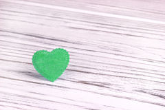 Grünes Herz des Filzes auf einem weißen grauen hölzernen Hintergrund Liebevolle Paare glückliches neues Jahr 2007 Heirat, Stockbilder